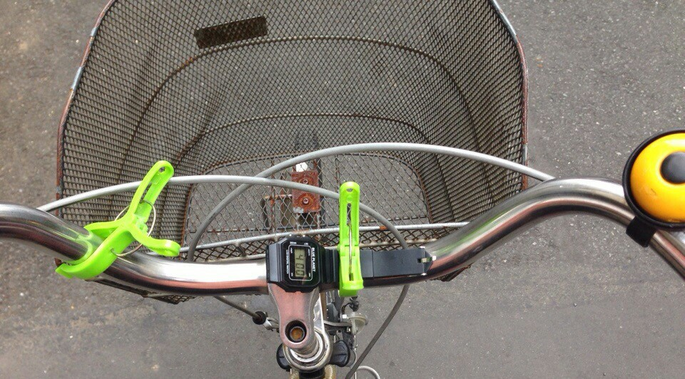 《画像》洗濯ばさみで腕時計を自転車に固定